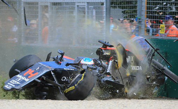 فيرناندو ألونسو ينجو بأعجوبة من حادث بسباق الجائزة الكبرى بأستراليا