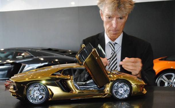 عرض مجسم من الذهب مرصع بالألماس للامبورجيني افينتادور LP 700–4 فى معرض دبي